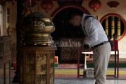 FOTO Umat Tionghoa Berdoa di Klenteng Boen Tek Bio Jelang Imlek