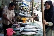 FOTO Para Pedagang Ikan Bandeng Bermunculan Jelang Imlek