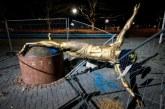 Patung Ibrahimovic Digergaji Kakinya dan Dirubuhkan