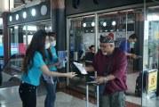 FOTO Cegah Virus Corona, AP II dan Traveloka Bagikan Masker di Bandara Soekarno-Hatta