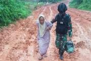 FOTO Aksi Mulia Anggota TNI Mengantar Pulang Seorang Nenek