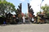 FOTO PMI Menyemprotkan Disinfektan di Pura Kerta Jaya