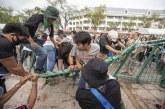 Bangkok Membara! Massa Demonstran Bobol Pagar Istana
