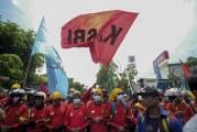 FOTO Ribuan Buruh Demonstrasi Tolak UU Omnibus Law Cipta Kerja