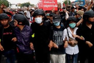 Mobil Raja Thailand Melewati Ribuan Massa Unjuk Rasa