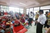 Kunjungi Pengungsi Banjir Kalsel, Menko PMK Janji Tambah Dapur Umum dan Kirim Alat Swab