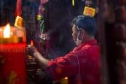 FOTO Rayakan Imlek di Vihara Dharma Bakti