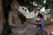 FOTO Membersihkan Patung Budha Jelang Hari Raya Tri Suci Waisak 2565 BE di Kota Tangerang