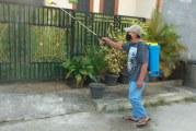 FOTO Cegah Penyebaran Covid-19, Warga RT 004/RW 014 BSP Semprotkan Cairan Disinfektan