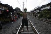 FOTO Warga Berjemur di Tengah Rel Pejompongan