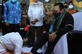 Menteri Yaqut Disambut Tradisi Injak Tanah di Ternate